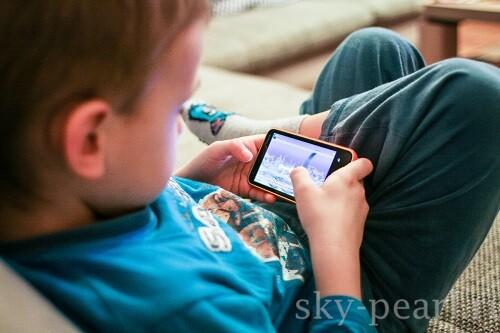мальчик со смартфоном