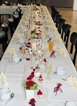декор свадебного стола лепестками