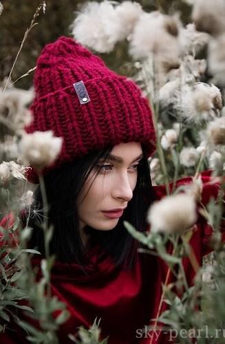 модная вязанная шапка